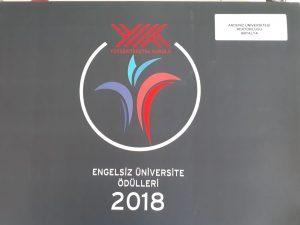Bayrak ödülleri fotoğraf-1 Giri arka planda sol üst köşede yök logosu tam ortada akdeniz üniversitesi logosu iletişim fakültemize verilen mekanda erişilebilirlik sertifikası