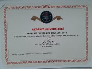 Bayrak ödülleri fotoğraf-2 Giri arka planda sol üst köşede yök logosu tam ortada akdeniz üniversitesi logosu iletişim fakültemize verilen mekanda erişilebilirlik sertifikası